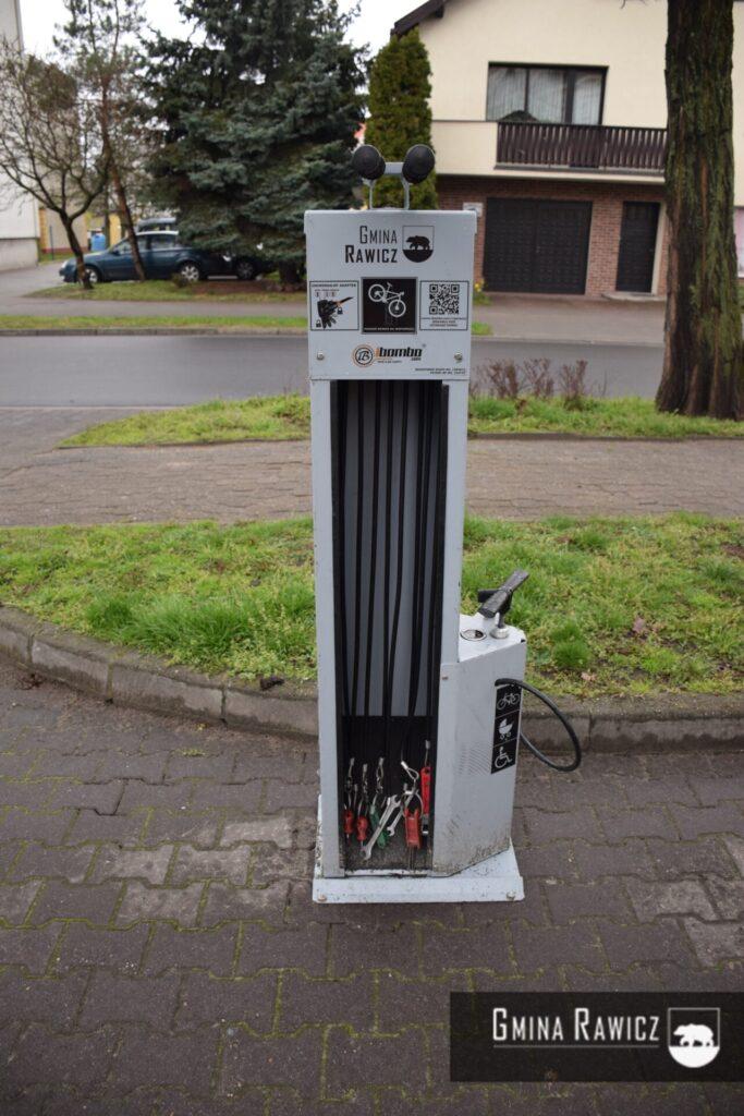 Ponowny montaż stacji naprawy rowerów IBOMBO przy Urzędzie Miejskim Gminy Rawicz